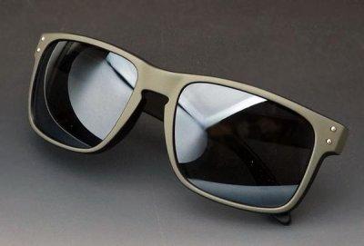 画像2: 個性的な2色使いのスクエア系サングラス・ブラック&グレー新品