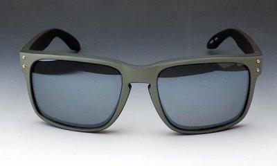 画像1: 個性的な2色使いのスクエア系サングラス・ブラック&グレー新品