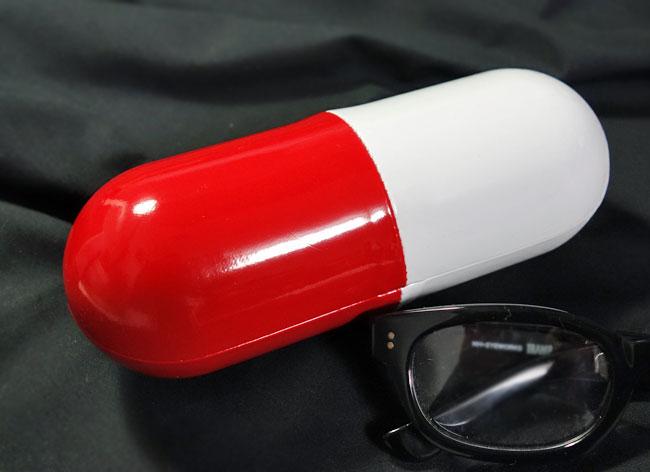 画像1: 眼鏡ケース サングラスケース カプセル デザイン 赤白 ハードケース 新品 (1)